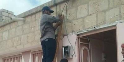 بالصور.. توصيل الكهرباء إلى منازل أهالي جرادف بمديرية الشحر