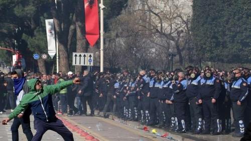 صدام بين آلاف المتظاهرين من أنصار المعارضة والشرطة الألبانية