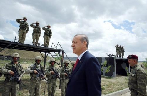 أردوغان يحاول إنقاذ اقتصاده بالدفع مقابل تقليص الخدمة العسكرية