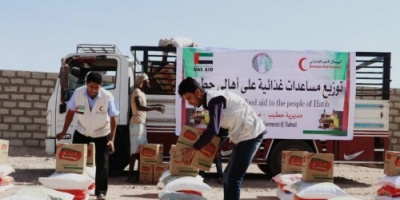 الهلال الإماراتي يوزع مساعدات غذائية في حطيب بشبوة (صور)