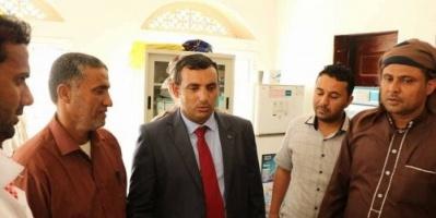 محافظ سقطرى يتفقد العمل في محطة كهرباء ومستشفى مديرية قلنسية (صور)