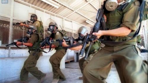 أسير فلسطيني يحاول إحراق نفسه اعتراضًا على الممارسات القمعية بالسجون الإسرائيلية