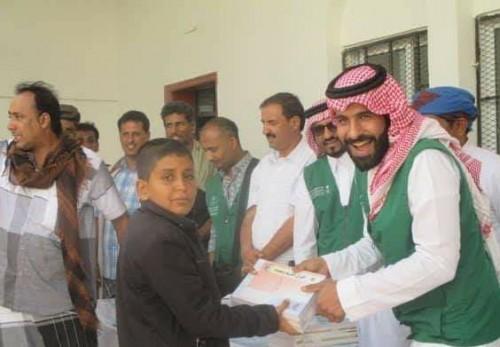 تدشين توزيع الكتب المدرسية والمقاعد المزدوجة على مدارس شحن بالمهرة