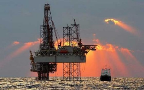النفط يصعد لأعلى مستوياته هذا العام