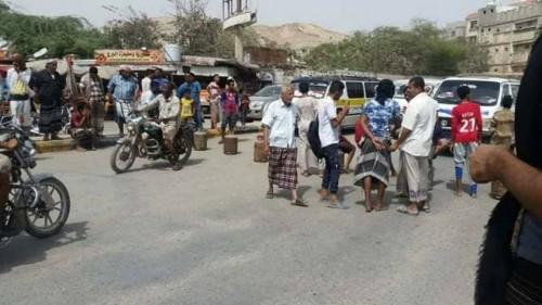 ضخ كميات كبيرة من الغاز المنزلي لحصار الأزمة بحضرموت (صور)