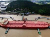النفط يتراجع عن أعلى مستوياته لزيادة مخزونه