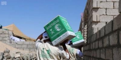 بالصور.. مركز الملك سلمان يوزع مساعدات جديدة على النازحين بمأرب