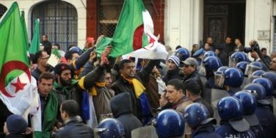 """جزائريون يتحدون """"حظر التظاهر"""" بمسيرات حاشدة ضد بوتفليقة (صور)"""