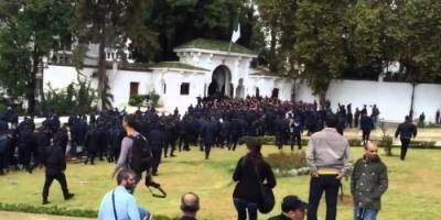 عاجل.. متظاهروا الجزائر يتجاوزون الحاجز الأمني قرب القصر الرئاسي