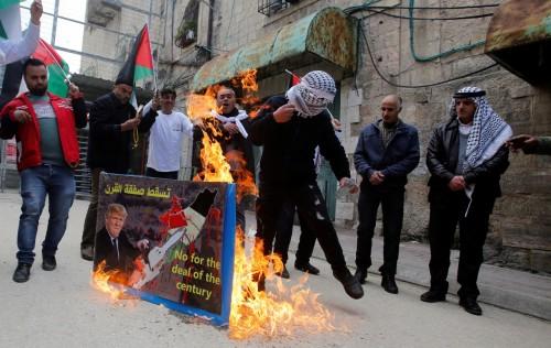 فلسطينيون يحيون الذكرى الـ25 لمجزرة الحرم الإبراهيمي (صور)