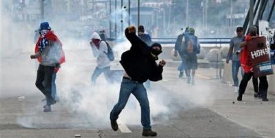 اشتباكات عنيفة بين متظاهرين وقوات الأمن أمام القصر الرئاسي بالجزائر