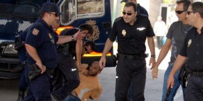 السجن 14 عاماً لشرطي إسباني قتل مهاجراً مغربياً