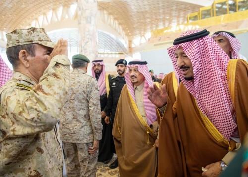 الملك سلمان يغادر إلى شرم الشيخ (صور)