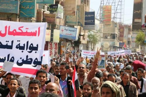 مظاهرة حاشدة بتعز للمطالبة باستكمال تحرير المحافظة من مليشيات الحوثي (صور)