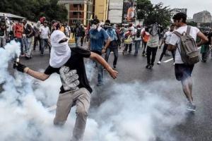 الجيش الفنزويلي يطلق الغاز المسيل على المتطوعين لإفراغ المساعدات الإنسانية
