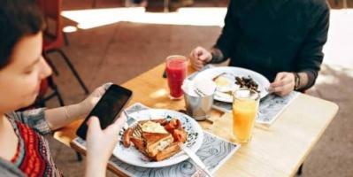 لهذه الأسباب ..احذر من استخدام الهاتف أثناء الأكل