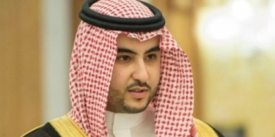 بعد تعيينه نائبا لوزير الدفاع السعودي.. خالد بن سلمان يقبل يد ولي العهد (صورة)