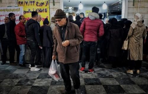 """"""" طوابير اللحوم """".. ظاهرة جديدة تفضح فساد النظام الإيراني"""