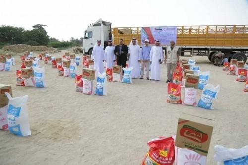 توزيع مساعدات غذائية جديدة من الإمارات على أهالي زغفة بالشحر (صور)