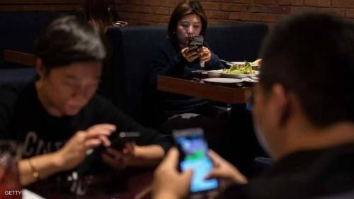 دراسة : استخدام الهواتف الذكية أثناء تناول الطعام يسبب السمنة