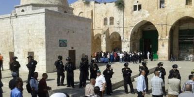 وزير إسرائيلي يقتحم الأقصى ويلتقط سيلفي مع باب الرحمة