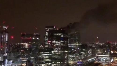 """لندن تسيطر على حريق نشب بسطح بنك """"باركليز"""" بلندن"""