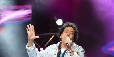 محمد منير يقرأ الفاتحة على أروح ضحايا محطة مصر في حفلة الأخير