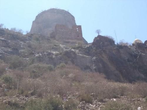 قبائل حجور تكمل السيطرة على جبل العصابة الاستراتیجي