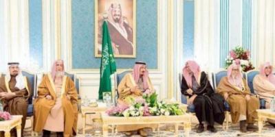 الملك سلمان والأمير بندر بن سلمان في اجتماع بقصر اليمامة