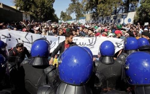"""تنديداً بترشح """" بوتفليقة """".. تظاهرات طلابية تشعل وسط الجزائر وتغلق المترو"""