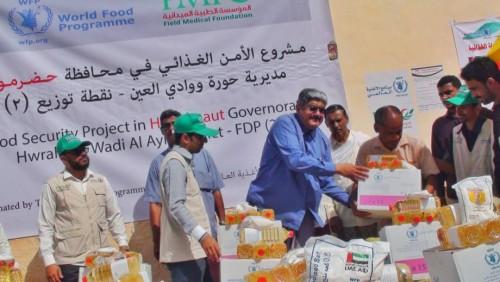 برنامج الأمن الغذائي يغيث الأسر الفقيرة بمديرية حورة ووادي العين