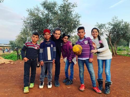 النجم العالمي بن ستيلر يزور مخيمات اللاجئين السوريين (فيديو)