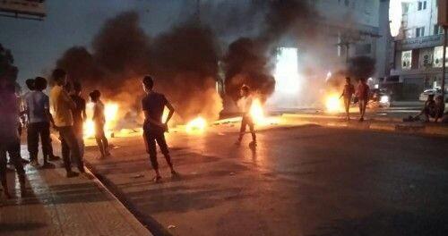 محتجون يغلقون شوارع خور مكسر والمنصورة ويطالبون بتسليم قتلة رأفت دنبع