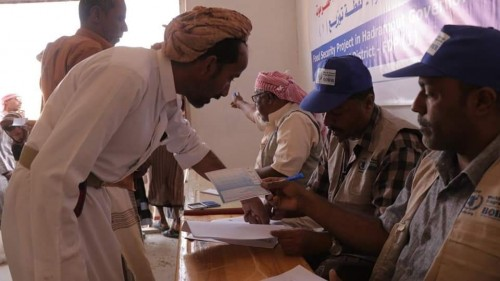 توزيع مساعدات غذائية بمديرية السوم في وادي حضرموت