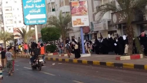 استمرار إغلاق الشارع الرئيس بمديرية المعلا