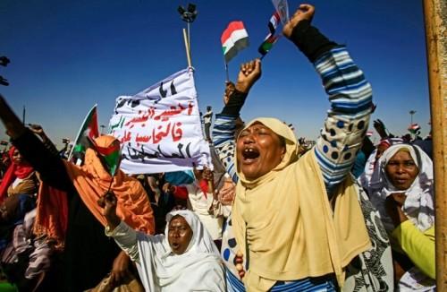 20 جلدة والسجن شهر.. عقوبة 9 سيدات شاركن في احتجاجات السودان