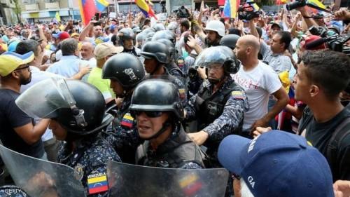 اشتباكات بين الشرطة ومعارضي مادورو في فنزويلا