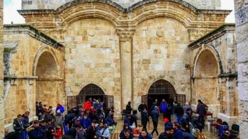 """المقدسيون يغضبون لاقتحام ضابط إسرائيلي مسجد باب الرحمة بحذائه """"فيديو"""""""