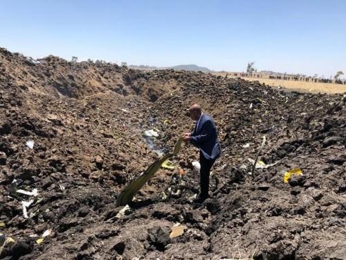 شاهد.. الصورة الأولى من موقع تحطم الطائرة الإثيوبية المنكوبة