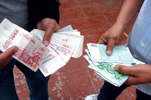 الدينار الجزائري ينهار على وقع التظاهرات ليسجل هذا الرقم