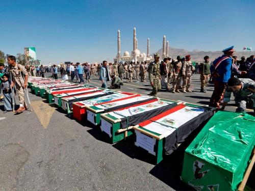 الحوثيون يشيعون ثلاثة من قادتهم الميدانيين الذين لقوا مصارعهم في حجور (أسماء)
