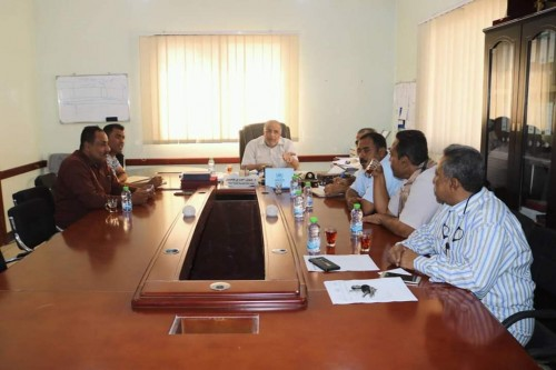 """مدير المكلا يجتمع مع """"الأشغال العامة والطرق"""" لتنسيق العمل المشترك"""