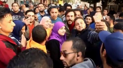"""محمد إمام ينشر كواليس استقبال الجمهور أثناء تصوير """" هوجان """" (فيديو)"""