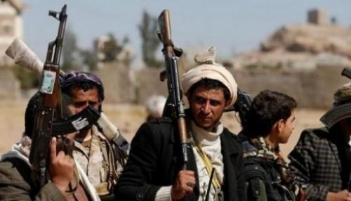 بـ4 صواريخ ..مليشيات الحوثي تقصف مدينة الخوخة
