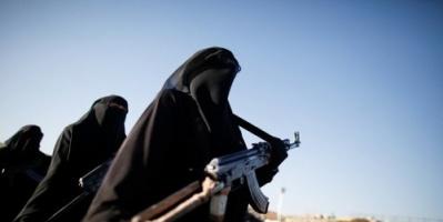 """رسائل المسلحين.. زينبيات الحوثي تثير غضب طالبات صنعاء بطلب """"غير أخلاقي"""""""