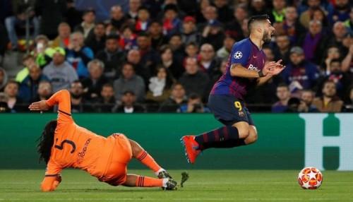 لاعب إسبانيول يطالب بإيقاف سواريز مدى الحياة