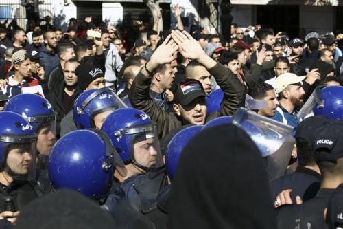 اعتقال 75 جزائرياً في مظاهرات ضد بوتفليقة