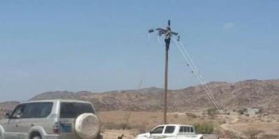 مدير عام المحفد ونائب قائد الحزام الأمني يزوران مشروع ربط كهرباء المديرية