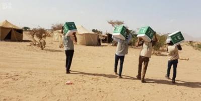 بالصور.. توزيع 300 سلة غذائية على أهالي مديرية الحزم