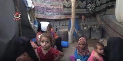 نزوح 4 أسر من منازلهم إلى العراء في حيس بسبب قصف ميلشيات الحوثي (فيديو)